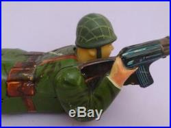 China Vtg Military Crawling Soldier Tin Camouflage Figure & Rifle Battery 1960